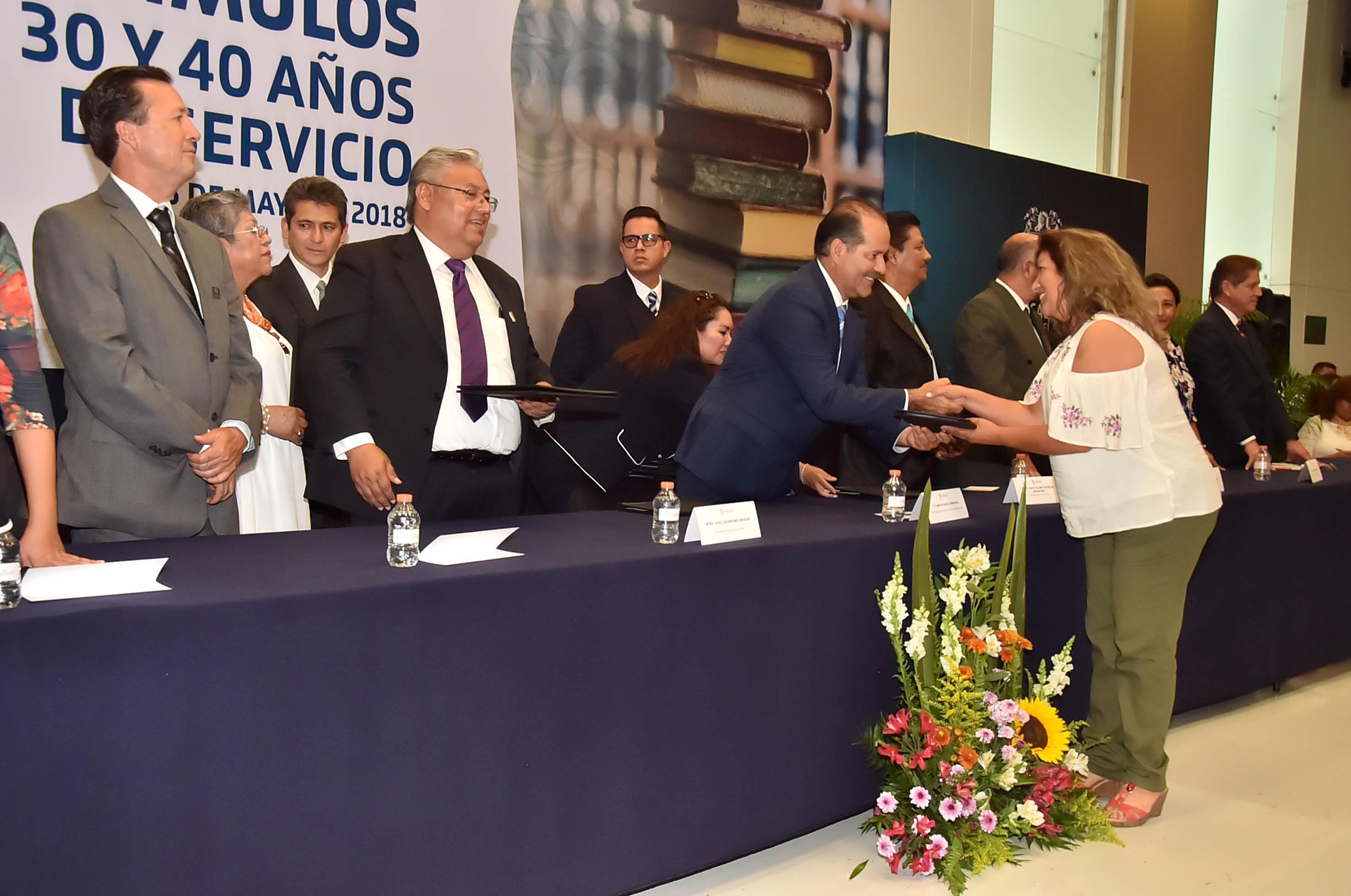 ENTREGA EL GOBERNADOR CERTIFICADOS DE PRIMARIA Y SECUNDARIA A EGRESADOS DEL INEPJA