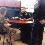 policías auxiliaron a una mujer extraviada la cual padece de Alzheimer
